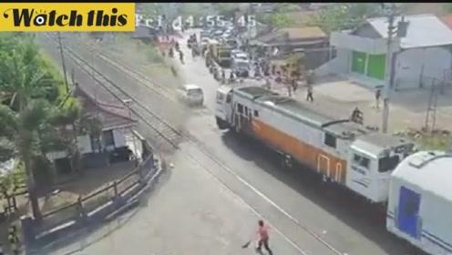 太倒霉了:小汽车卡在铁轨上 被飞驰而来的火车无情碾压