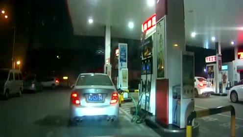 女司机加油站加油, 加油员懵了