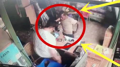 蠢贼!男子进店抢劫,直接无视身后男子,三秒后惨了!