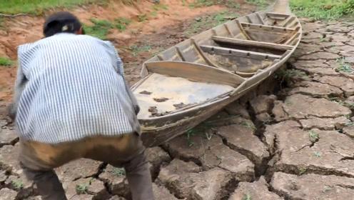 男子在干旱处发现一艘废船,将其挪开一看,里面全是鱼!
