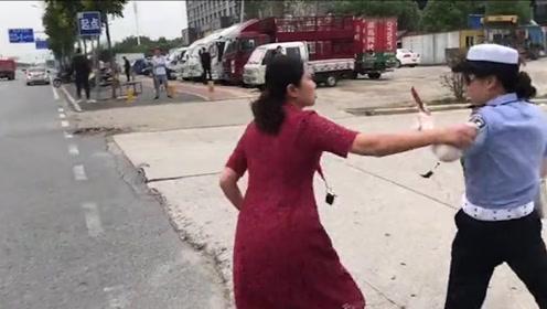 荆门女子横穿马路,对鸣哨民警爆粗口:你管我滴,帮我出名还好些