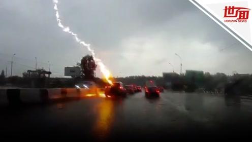 俄女子驾车连遭两次雷击 后方司机拍下惊险瞬间