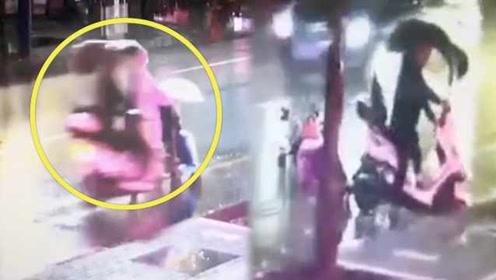 善恶分明!骑车男子撞翻婴儿车逃逸,30秒内6名路人上前搀扶