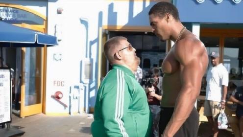 美国肌肉男伪装成胖子,在健身器材上狂虐高手,场面大快人心!