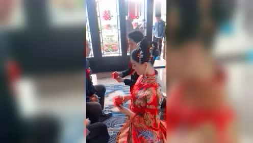 本以为就是个普通的新娘,当镜头对转向新娘时,对不起我嫉妒了