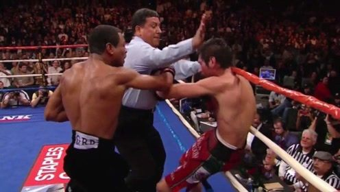 他一记重拳直接击中裁判头部,这一动作让对手都震惊了!