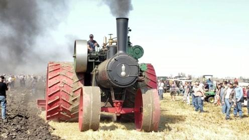 1904年的美国蒸汽拖拉机,看到拖拉机背后时,网友:差距啊!