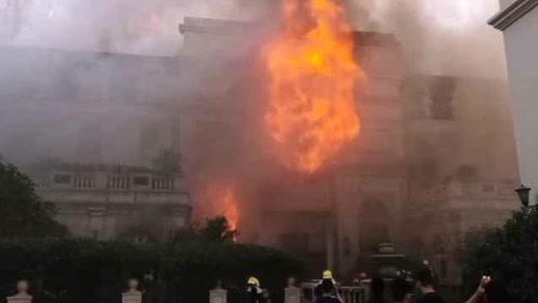 窗口喷火舌!洗浴会所开业前装修起大火,居民被呛下楼