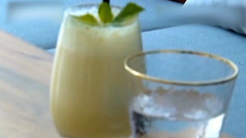 女子见男客户酒中被下不明粉末,喝下后反应强烈