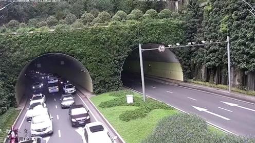 """赞!救护车隧道遇拥堵 车辆120秒""""拉链式""""让出""""生命通道"""""""