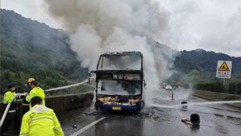 0伤亡!高速一载45人客车突发自燃 车被烧成框架人员全部撤离