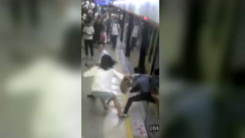 霸气女孩地铁再遇猥亵男 瞬间揪住衣领秒制服