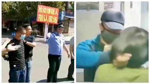 男子枣庄银行持刀抢劫后被抓,警方押嫌疑人指认现场大量市民围观