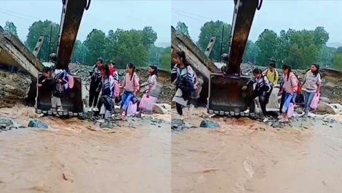 超暖!小哥施工时偶遇小学生被困河道,开挖掘机为孩子搭桥