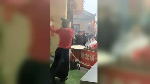 90后美女开面馆成网红 日甩500根面体重直降25斤