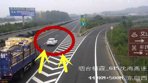 轿车高速上作死,路口突然急刹车,瞬间被货车带走!