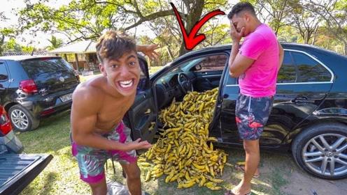 老外偷偷用香蕉堆满驾驶位,朋友看到后会怎么样?就差没动手了