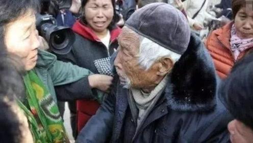 他瞒着母亲参军,71年后回家寻母,106岁母亲还在村口!
