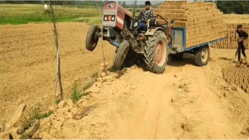 印度老司机开拖拉机,不考虑超载后果?厉害了!