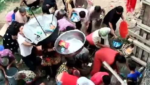 农村传统的习俗,上梁的时候要撒喜糖,生活才能幸福美满!