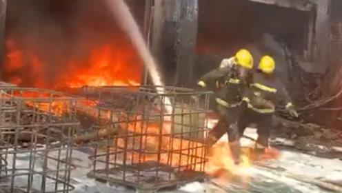 """致敬!消防勇士脚踩""""风火轮""""冲出火场 他们是真正的超级英雄"""