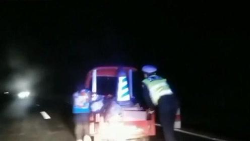 村民雨夜推三轮车回家 交警担心路上货车多一路护送