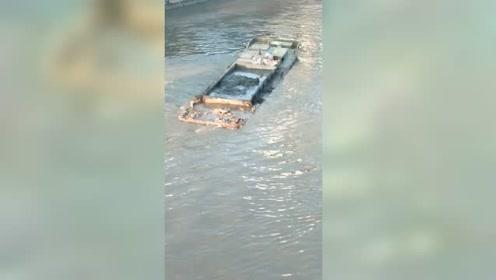 拉淤泥的船,整个船身都快沉水里了,看着真吓人!