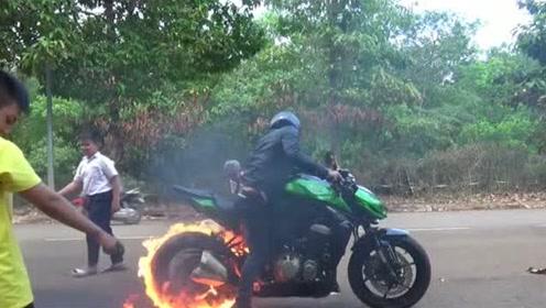 新摩托车后轮上倒些汽油,下一幕看着太精彩了,点燃之后加大油门