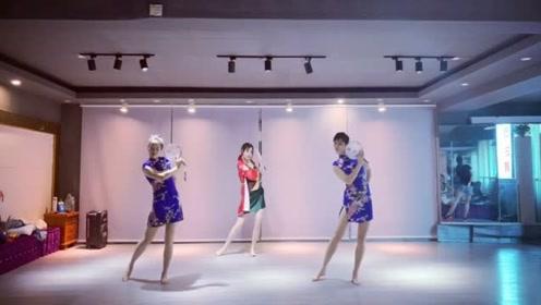 满满的中国风!美女们穿旗袍跳《芒种》古风舞,这身材太火辣了