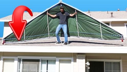 外国小哥脑洞大开自制滑翔伞,在屋顶上试飞,网友:摔的痛吗