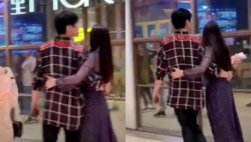 向佐郭碧婷重庆逛街,小夫妻相互搂腰甜炸,向佐用腿和老婆打招呼