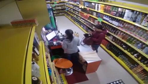 女子超市买酒突发地震,赶紧躲起来还不忘拿着刚买的酒