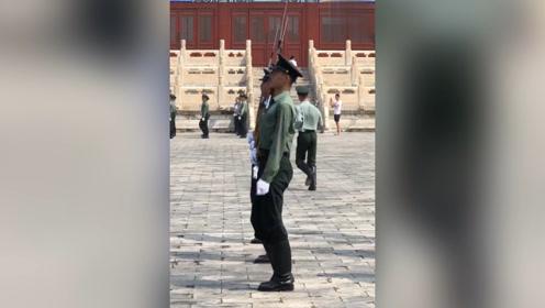 烈日下训练的三军仪仗队军人,虽然汗流浃背,但依旧坚持训练!