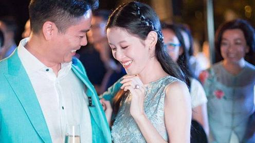 刘强东夫妇同行聚餐甜蜜如初,刘强东变小跟班,章泽天一脸幸福笑