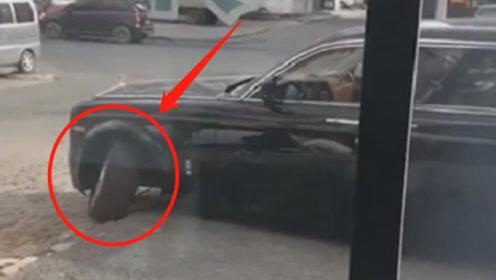 街头偶遇930万劳斯莱斯,司机一个错误操作,车损维修费六位数
