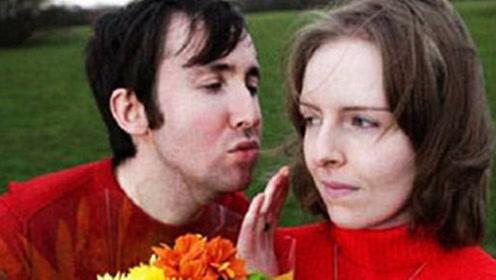英国美女天生对水过敏,27年没洗过澡,和丈夫接吻都不行