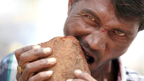 """印度男子不吃饭""""只吃砖头"""",20年每天狂吃3公斤,称世界美味"""