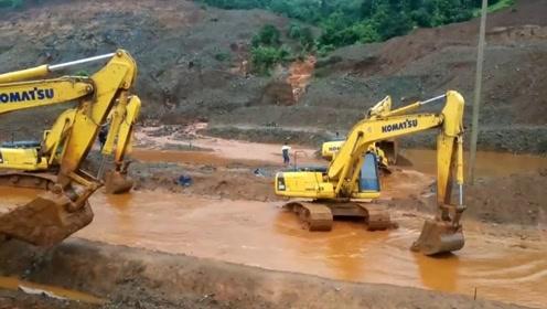 怎么办?挖掘机掉坑里,三位同行来帮忙,折腾很久也没脱困