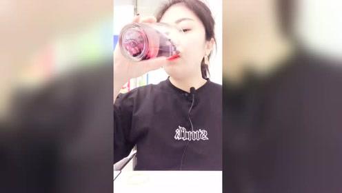 看美女直播喝饮料,喝水的声音太有节奏感了,网友:向往的生活