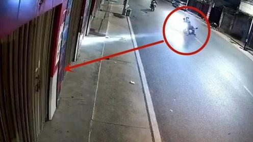 摩托车男子嘚瑟开车,失控后极限走位失败,结果悲剧了
