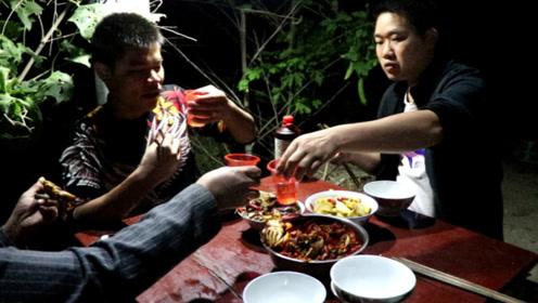 一斤野生螃蟹,一碗酸辣椒,小农乡半夜和鱼哥喝酒,一杯接一杯
