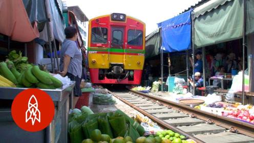 泰国美功铁道市场,火车从市场穿过,最危险的菜市场却游客众多!