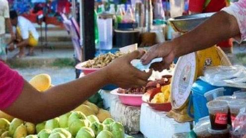 去泰国旅游买水果,遇到美女递白手套不能接,导游:接了就后悔