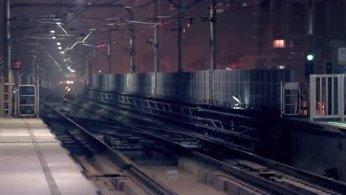 美女喝醉酒差点掉进火车轨道,多亏小伙及时出手,拉了她一把