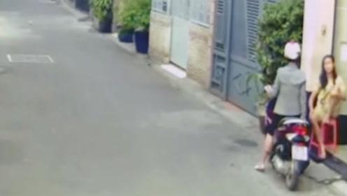 女子与闺蜜家门口聊天,下秒发现不对劲,拔腿就跑!