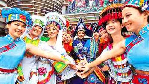 云南苗族最奇葩习俗,男游客被拉去强行成亲,网友直呼受不了!