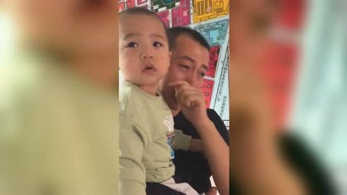 儿子打疫苗爸爸情绪失控痛哭,一旁妈妈却哭笑不得