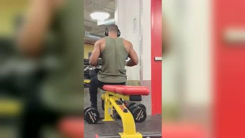 教几个练胸肌的动作