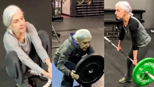 72岁老奶奶坚持健身13年!健身房霸气撸铁,身材秒杀年轻人!