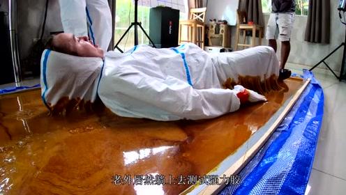 世界上最强黏胶有多厉害?老外躺上去测试,结果一躺悔终生